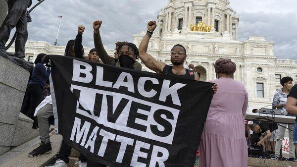 Протестующие у здания Капитолия штата Миннесота в городе Сент-Пол