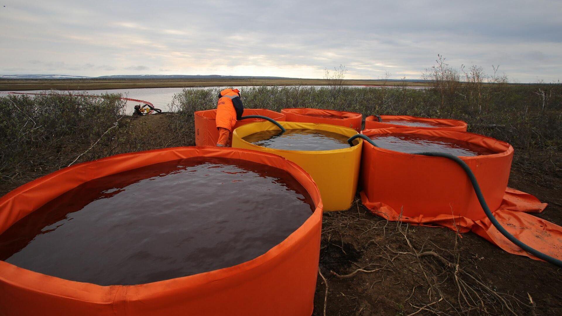Сотрудники Морской спасательной службы проводят работы по ликвидации нефтяного пятна в устье реки Амбарная - РИА Новости, 1920, 04.06.2020