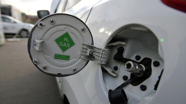Автомобиль на водородной заправке в Париже