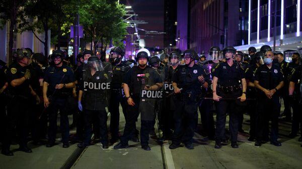 Сотрудники полиции во время акции протеста в городе Хьюстон штата Техас