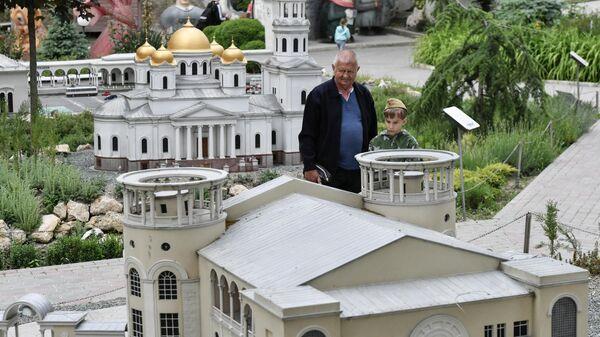 Посетители в Бахчисарайском парке Крым в миниатюре на ладони