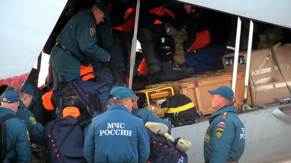 Сотрудники и техника из состава аэромобильной группировки Сибирского спасательного центра МЧС России в Новосибирской области перед отправкой в Норильск