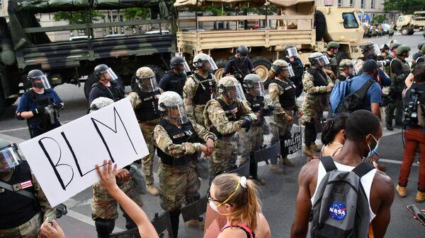 Протестующие и военная полиция на улице Вашингтона