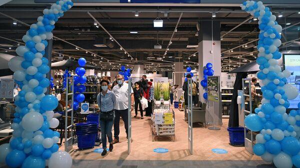 Покупатели в магазине датского мебельного ритейлера Jysk в Москве