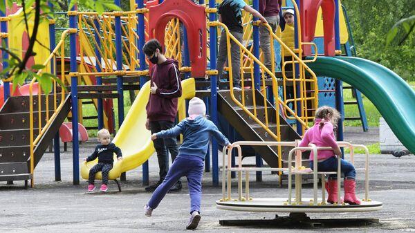 Жители Москвы отдыхают в Народном парке на Ленинском проспекте
