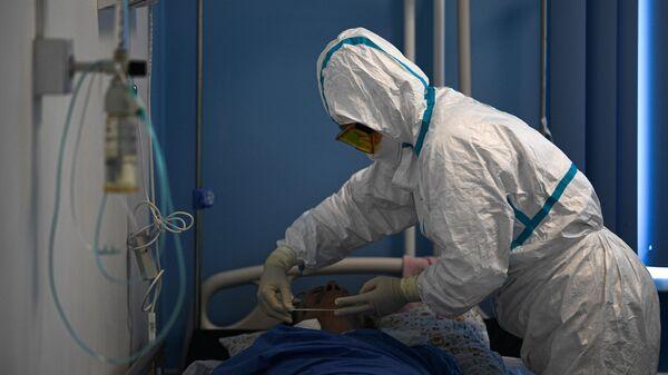 Врачи и пациент в госпитале COVID-19