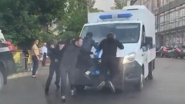 Жители Дагестана пытались отбить у полиции мужчину, застрелившего сына