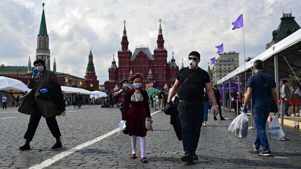 Посетители на ежегодном российском книжном фестивале на Красной площади