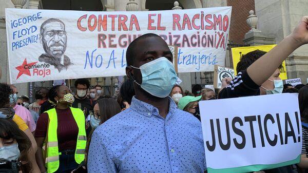Участники протеста против расизма в Мадриде