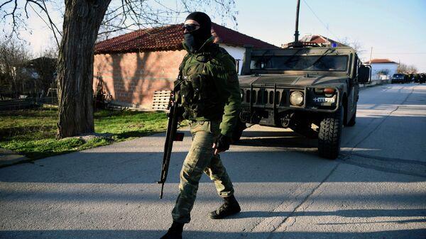 Офицер греческой армии в населенном пункте на греко-турецкой границе