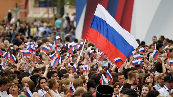 Зрители на праздничном концерте на Красной площади по случаю празднования Дня России в 2019 году