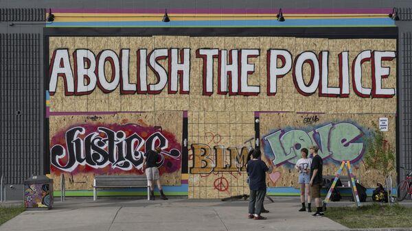 Граффити на заколоченном магазине в Миннеаполисе