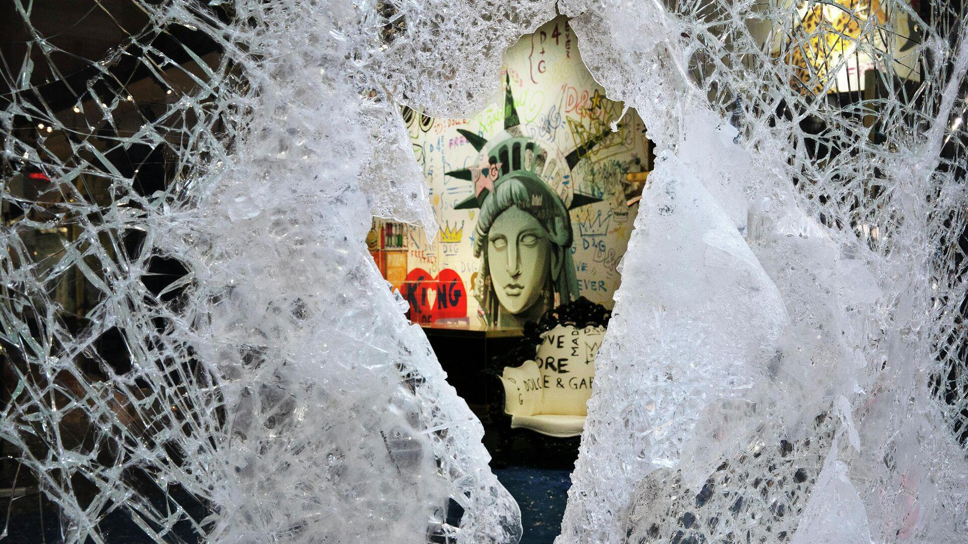 Разбитая витрина магазина Dolce and Gabbana в Нью-Йорке - РИА Новости, 1920, 21.06.2021