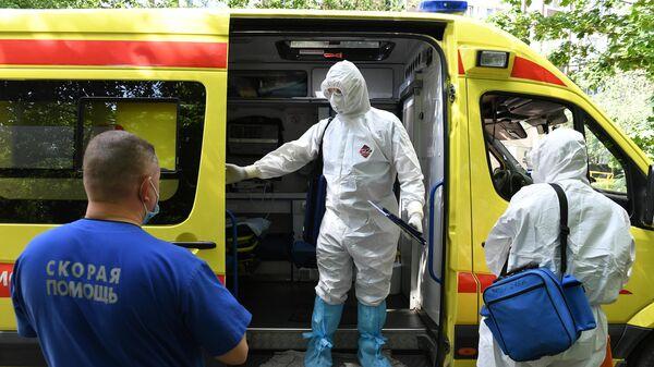 Фельдшеры и водитель скорой медицинской помощи в Москве во время выезда к пациенту с подозрением на коронавирус
