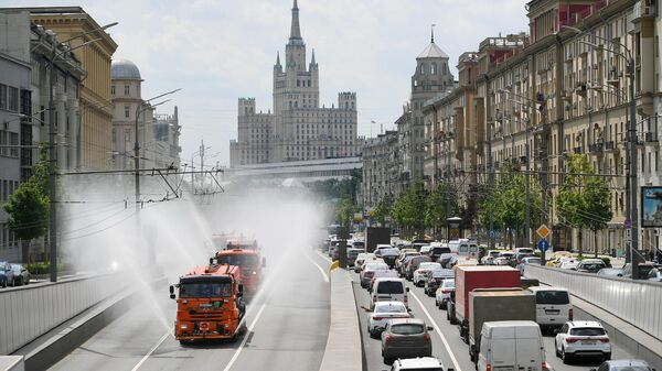 Автомобили коммунальных служб проводят аэрацию воздуха в Москве