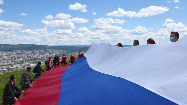 Активисты Общероссийского народного фронта и ветераны боевых действий развернули пятнадцатиметровый флаг России на Титовской сопке в Чите