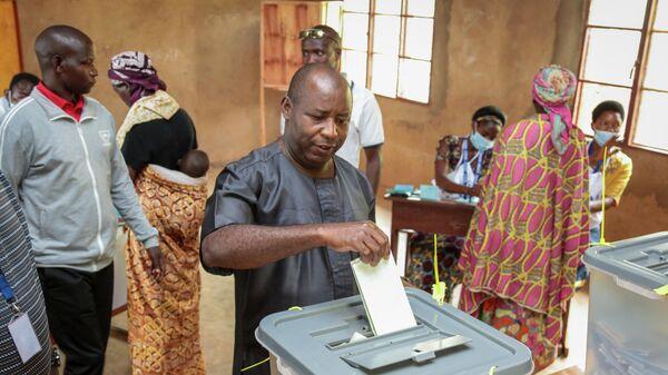 Кандидат в президенты Бурунди Эварист Ндайишимийе во время голосования на избирательном участке в городе Гихета