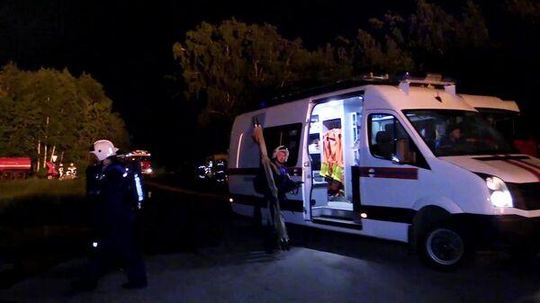 Автомобиль скорой помощи на месте ликвидации пожара на газораспределительной станции в Казани. Стоп-кадр видео