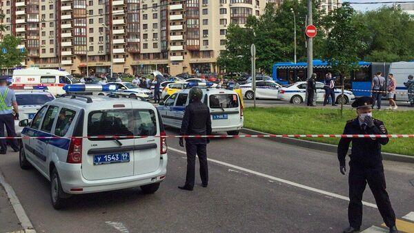 Сотрудники оперативных служб на месте стрельбы на Ленинском проспекте