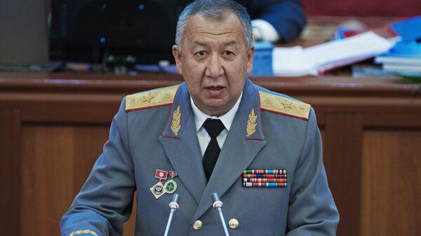 Министр чрезвычайных ситуаций Киргизии Кубатбек Боронов приносит присягу в парламенте Республики Киргизии в Бишкеке