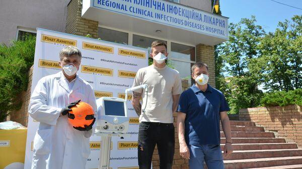 Футболист Шахтера на фоне больницы в Харькове