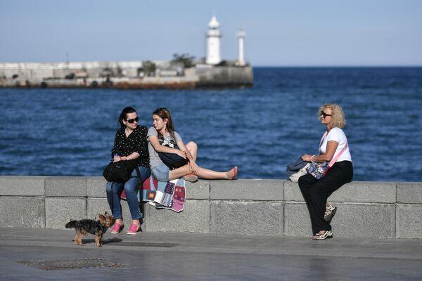 Отдыхающие на набережной в Ялте