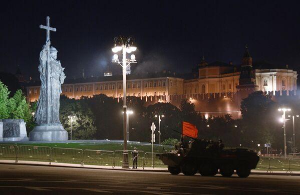 Бронетранспортер БТР-82А проезжает рядом с памятником князю Владимиру на ночной репетиции парада в честь 75-летия Победы в Великой Отечественной войне в Москве