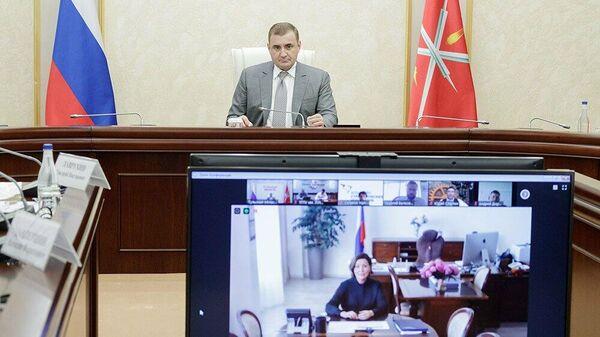 Губернатор Тульской области Алексей Дюмин и гендиректор АСИ Светлана Чупшева во время видеоконференцсвязи