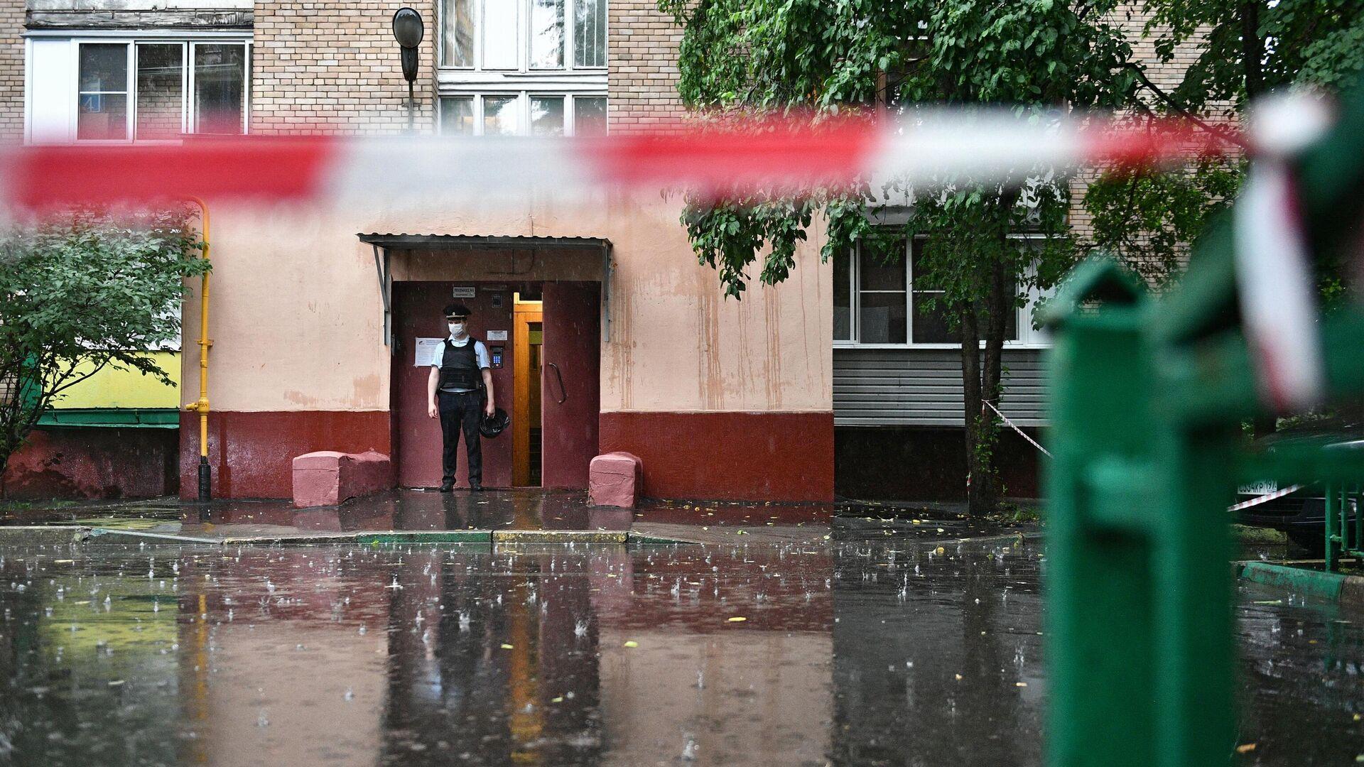 Подъезд дома на севере Москвы, где мужчина открыл стрельбу - РИА Новости, 1920, 03.07.2021