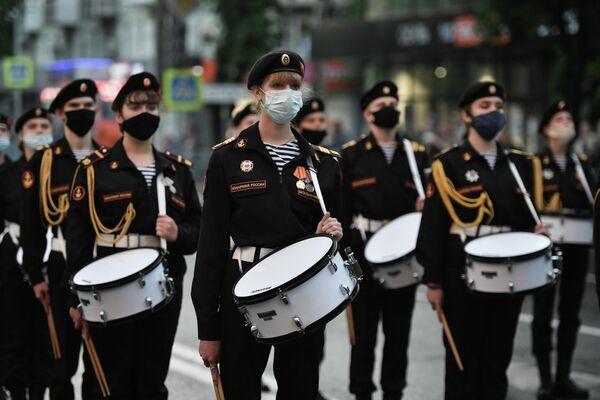 Барабанщицы Юнармии на репетиции парада Победы в Симферополе