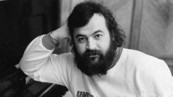 Музыкант Олег Парастаев