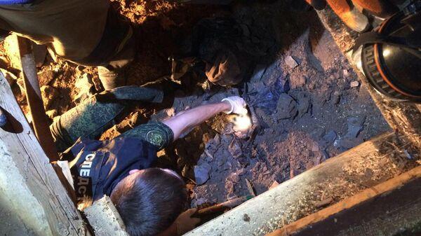 Место обнаружения в Астраханской области залитого в бетон тела 12-летнего мальчика под полом дома, который принадлежит его старшему брату
