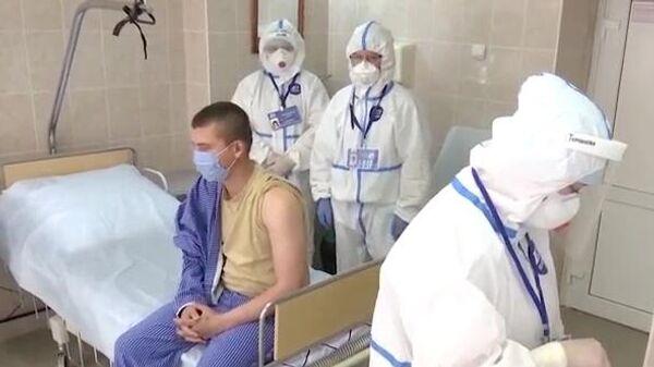 Вакцинация добровольцев против коронавируса SARS-CoV-2 в Главном военном клиническом госпитале имени Н. Н. Бурденко в Москве