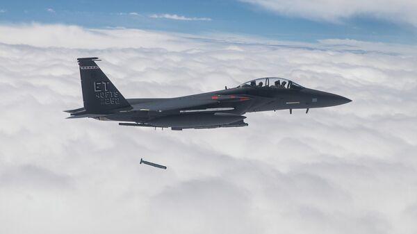 Сброс умной авиабомбы StormBreaker с истребителя F-15E Strike Eagle