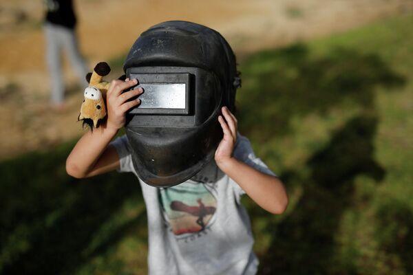 Ребенок наблюдает солнечное затмение в городе Йерухам, Израиль