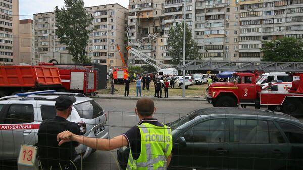 Сотрудники спасательной службы у жилого девятиэтажного дома в Киеве, где произошел взрыв бытового газа