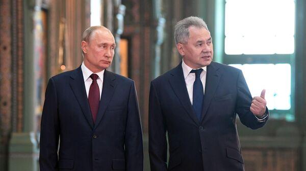 Президент РФ Владимир Путин и министр обороны РФ Сергей Шойгу во время посещения главного храма Вооружённых Сил
