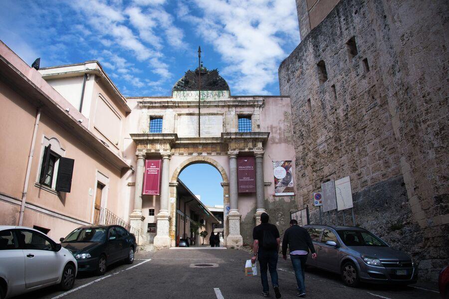 Пешеходы на одной из улиц Кальяри, Сардиния