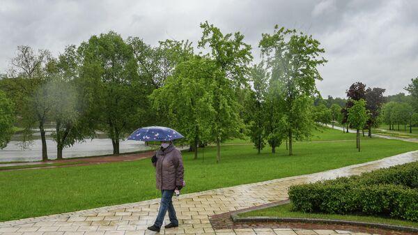 Житель Москвы гуляет в парке Царицыно