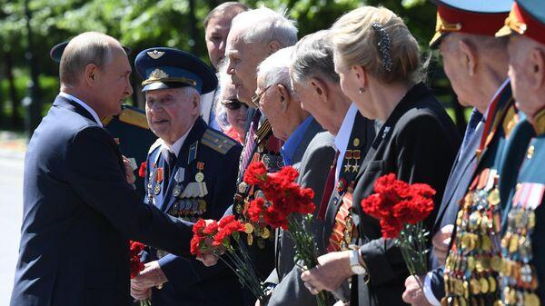 Президент РФ Владимир Путин в День памяти и скорби приветствует ветеранов Великой Отечественной войны в Александровском саду