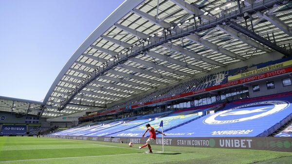 Футболист Арсенала Дани Себальос подает угловой в матче чемпионата Англии против Брайтона