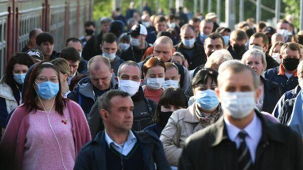 Пассажиры на платформе Курского вокзала в Москве