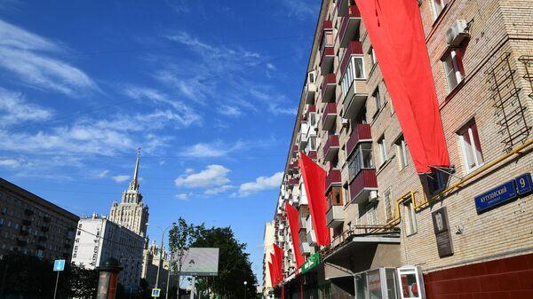Флаги на стене жилого дома на Кутузовском проспекте в Москве