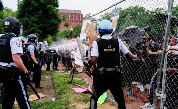 Полиция применяет слезоточивый газ к участникам акции протеста в Вашингтоне, США