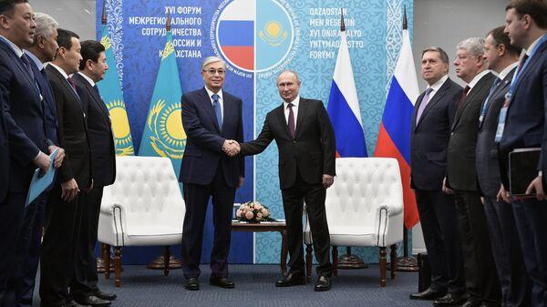 Президент РФ Владимир Путин и президент Казахстана Касым-Жомарт Токаев во время встречи на форуме межрегионального сотрудничества России и Казахстана в Омске