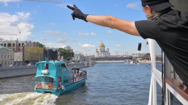 Пассажир во время парада теплоходов в честь открытия пассажирской навигации по Москве-реке