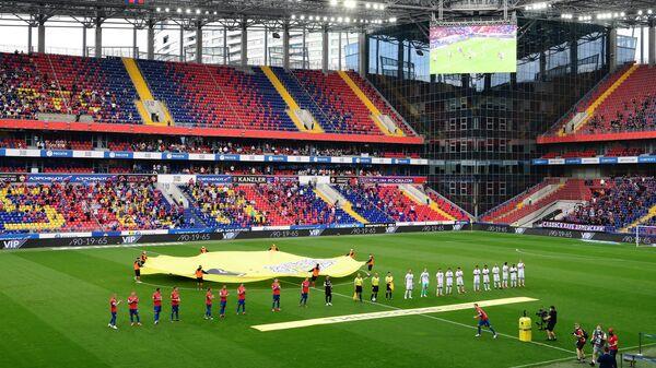 Игроки команд на поле перед началом матча ЦСКА - Зенит