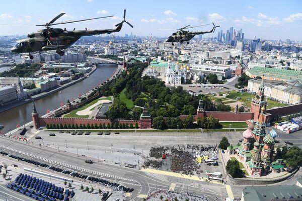 Многоцелевые вертолеты Ми-8 во время воздушной части военного парада в ознаменование 75-летия Победы в Великой Отечественной войне 1941-1945 годов в Москве