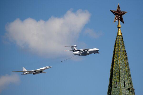 Самолет-заправщик Ил-78 и стратегический бомбардировщик-ракетоносец Ту-160 во время воздушной части военного парада в ознаменование 75-летия Победы в Великой Отечественной войне 1941-1945 годов в Москве