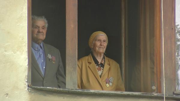 Поздравление участника Великой Отечественной войны Александра Лаврентьева у его дома в Самаре